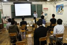 説明会で質問に答えるカヤック柳澤代表(右)とサカワ坂和常務