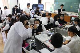 デジタル顕微鏡を使った授業風景