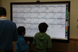 電子黒板で答を確認する児童
