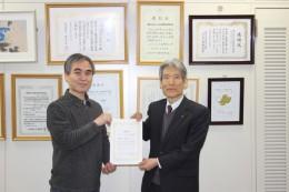 表技協町田会長(左)と北上コンピュータ・アカデミー 吉川校長(右)