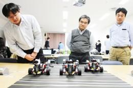 鉱脈探査中のロボットを見守る参加者