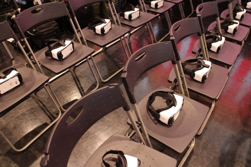 椅子に並べられたVRヘッドセット