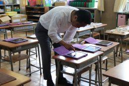 授業前iPadの準備をする松田校長