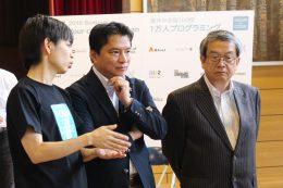 (みんなのコード利根川代表理事(左)の説明を受ける西岡真一郎小金井市長(中)と山本教育長(右))