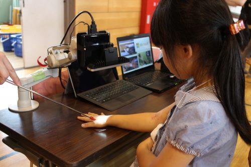 """【3D】日本マイクロソフトが提供する""""3Dカメラ""""を使用した""""リアルタイム血管3D投影""""。手の甲に血管が浮かび出る。"""