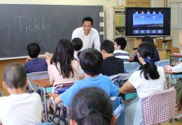 前原小でプログラミング授業を行う松田校長