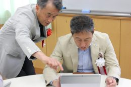 「つくばチャレンジングスタディ」に取り組む市原市長(右)と東原教授