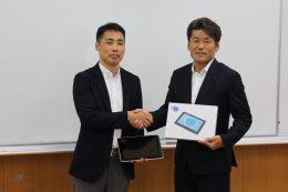 松田校長(左)と吉田代表(右)