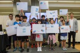 竹林代表(左)松田校長(右)と参加者たち。中央はゲスト参加の豊嶋花さん。[事務局提供]