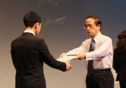 賞状を手渡すパナソニック教育財団 小野 理事長(右)