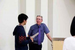 講義後、ソヴァージュ教授に質問する学生