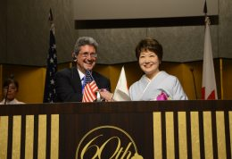 ハワイ大学デイビッド ラスナー総長(左)と都築学園グループ都築仁子総長