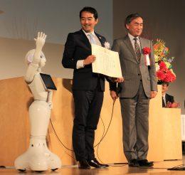 東原信州大教授(右)から先進地域表彰状を受ける五十嵐つくば市長
