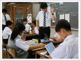生徒同士は分からないことを話し合い、教員は生徒の理解度や考え方 をリアルタイムに把握できる学習環境を築く。