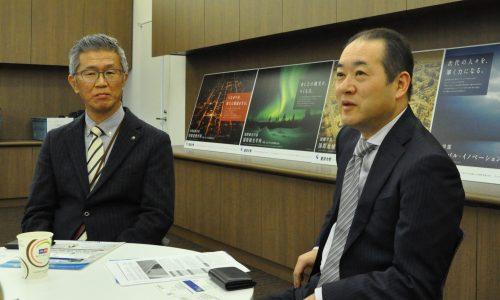 加藤入試部長(右)と青山情報システム部次長(左)