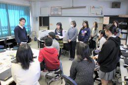 松尾先生(左)に激励される生徒たち