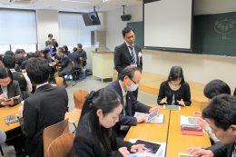 進行を見守る関西大学中等部の松村先生