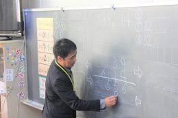 授業中の松田校長(編集部挿入)