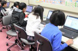 プログラミングに集中する子どもたち