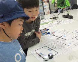 Ozobotでプログラミングを学ぶ子どもたち(プロキッズの授業にて)