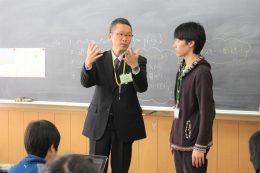 「プログラミング学習は教え合いが大切」という大澤教諭(左)から話を聞く寺本さん