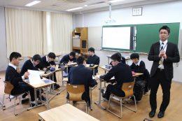 プレゼンする阿部教諭と「学び合い」の生徒たち