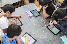 夢中でプログラミングする児童たち
