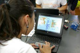 プログラミングする生徒