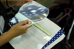 紙媒体は拡大鏡を重ねて文字を読む