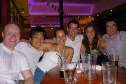 イギリス留学中の柿原さん(左から2人目)と仲間たち