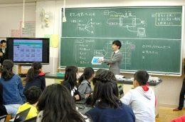 授業内容を説明する蓑手教員