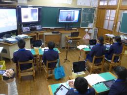 遠隔協働授業の様子・授業者はTVの向こうの先生
