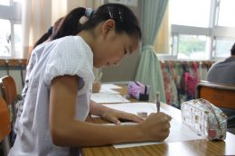 自分用に作られた復習問題に取り組む児童