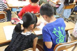 互いに教え合う児童ら