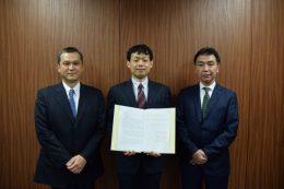 小田急電鉄本社での共同研究契約調印式の様子