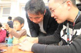 真剣な表情で調整する松田校長(左)と松田さん