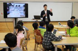 愛和小でプログラミングの授業をする中村さん(2016年3月の公開授業)