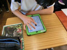 生徒はタブレット上でマークする。ピンチアウトでマークも容易。