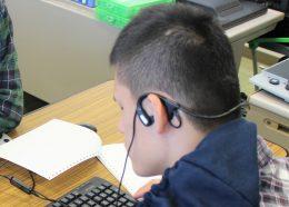 テキストを音声読み上げソフトを使いヘッドホンで聴く