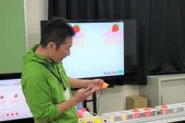 ピンポン球で「くろかえし」の説明をする田中先生