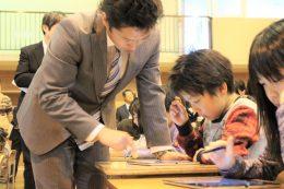 児童に話しかける角田教諭