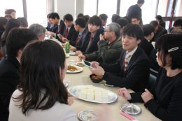 ランチ会を兼ねた教科別分科会で親睦を深める参加者ら