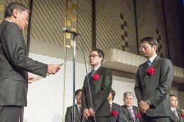 栗島聡JDMC会長より表彰状を授与される、本学・総合企画室 IR推進グループ 西出崇講師(中央)
