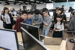 ゲーム開発現場で目を輝かせる小学生