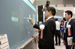 専用のペンを使用して最新の電子黒板を体験
