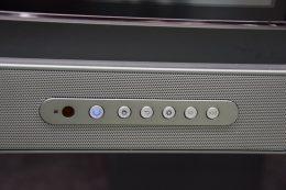 本体左下には、ホームボタンや設定画面を呼び出すボタンなどが用意されている。