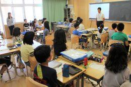 グループ1台の「WeDo2.0」がセットされた教室