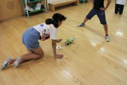 廊下で「荷物運び床掃除ロボット」のテスト