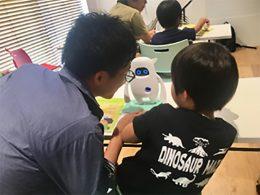 子どもと一緒に発音練習する保護者