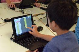 プログラミングに挑戦する小学生。